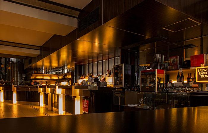 Foto van een restaurant bar en keuken